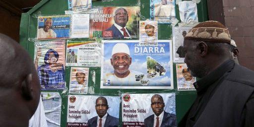 Affiches présentant au centre Bara de Montreuilles candidats à la prochaine élection présidentielle au Mali, le 28 Juillet 2013. ( AFP PHOTO / FRANCOIS GUILLOT)