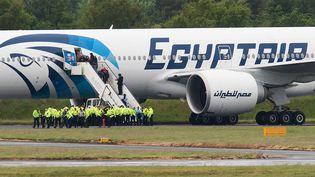 Un avion EgyptAir forcé d'atterrir sur la piste de Glasgow le 15 juin 2013 à la suite d'un incident à bord. (ANDY BUCHANAN / AFP)