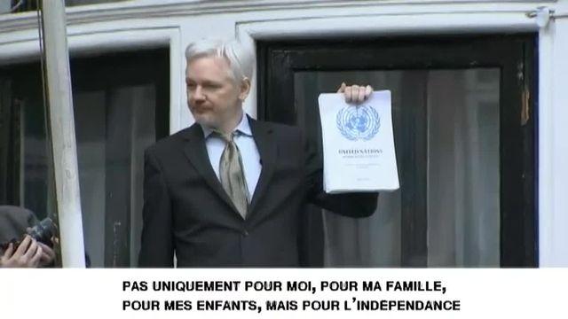 """Julian Assange crie """"victoire"""" sur le balcon de l'ambassade d'Equateur à Londres"""