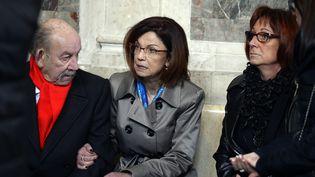 Elisabeth Fouquet (au centre), la mère d'Aurélie, policière tuée le 20 mai 2010, aupremier jour du procès, le 1er mars 2016 au palais de justice de Paris. (ALAIN JOCARD / AFP)