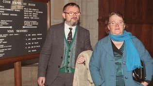 Albert et Monique Villemin, les grands-parents du petit Grégory, arrivent au tribunal de Dijon (Côte d'Or), le 3 novembre 1988. (GERARD CERLES / AFP)