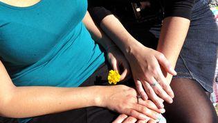 Les couples lesbiens revendiquent le droit d'accès à la PMA, comme les couples hétérosexuels. Image d'illustration. (MAXPPP)