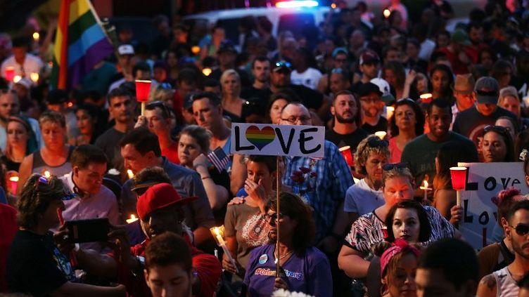 Des anonymes rendent hommage aux victimes de la tuerie dans la boîte de nuit Pulse, à Orlando (Floride, Etats-Unis), le 19 juin 2016. (SPENCER PLATT / GETTY IMAGES NORTH AMERICA)