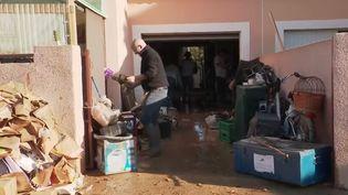 Un sinistré des inondations à Béziers (Hérault) fait le ménage chez lui. (France 2)