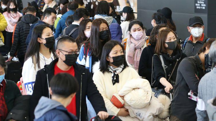 Les passagerslors de leur arrivée àl'aéroport international Chubu Centrair de Chine le 24 janvier 2020. (SATOSHI OGA / YOMIURI / AFP)