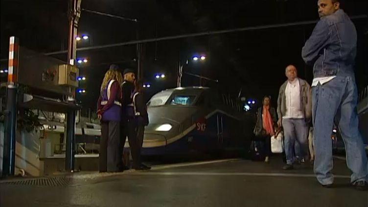 Des passagers du TGV 6132 Marseille-Paris, à bord duquel une rixe sanglante a éclaté, arrivent en gare de Paris, le 2 octobre 2013. ( FRANCE 2 / FRANCETV INFO)
