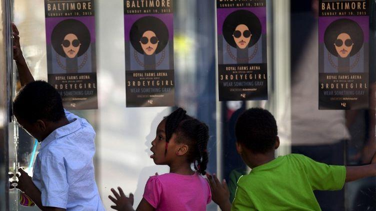 Des enfants devant l'affiche du concert de Baltimore (Etats-Unis), le 10 mai 2015. ( AFP )