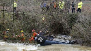 La voiture, emportée par les flots, dans laquelle se trouvaient un bébé, un enfant et leur mère, retrouvés morts dans la nuit du 14 au 15 novembre près de Cruviers-Lascours (Gard). (BORIS HORVAT / AFP)