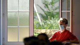Une fenêtre ouverte dans un amphithéatre de Sciences-Po, à Paris. (ALEXANDRE MARCHI / MAXPPP)