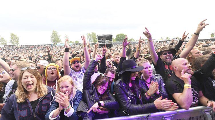"""Des festivaliers lors du""""Sweden Rock Festival"""" à Norje en Suède, le 7 juin 2017. (FREDRIK SANDBERG / TT NEWS AGENCY / AFP)"""