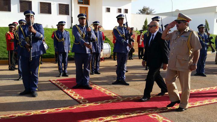 Revue des troupes à Benghazi, en Libye, avec Jean-Yves Le Drian, le ministre des Affaires étrangères (gauche), le 4 septembre 2017. (ISABELLE LABEYRIE / RADIO FRANCE)