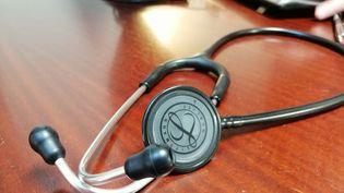 Un stéthoscope dans un cabinet médical. Photo d'illustration. (CYRILLE ARDAUD / FRANCE-BLEU ORLÉANS / RADIO FRANCE)