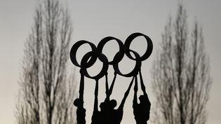 Une statue au siège du Comité international olympique à Lausanne (Suisse), le 10 décembre 2013. (DENIS BALIBOUSE / REUTERS)