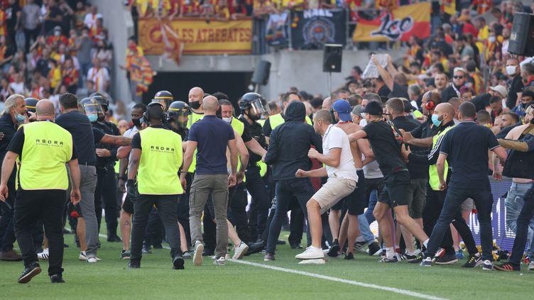 Des supporters se sont introduits sur la pelouse lors du match de Ligue entre Lens et Lille, samedi 18 septembre. (LAURENT SANSON / LS MEDIANORD)