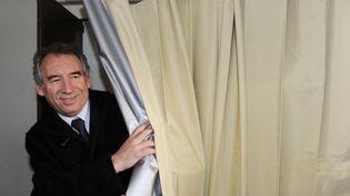 Le président du MoDem,François Bayrou, dans un bureau de vote à Pau (Pyrénées-Atlantiques) pour le premier tour des municipales, le 23 mars 2014. (MEHDI FEDOUACH / AFP)