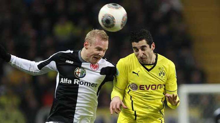 Sebastian Rode (à gauche), à la lutte avec Henrikh Mkhitaryan de Dortmund (à droite).  (DANIEL ROLAND / AFP)
