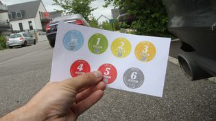 Les vignettes correspondent à différents niveaux de pollution des voitures (JEAN-FRANCOIS FREY / MAXPPP)