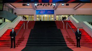 Le tapis noir installé devant le Palais des Festivals pour rendre hommage aux victimes de l'attaque à Nice, le 29 Octobre 2020. (LAURENT VU/SIPA)