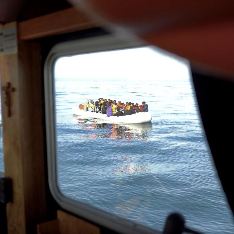 Une embarcation transportant 46 migrants en passe d'être secourue par les sauveteurs, le mardi 21 septembre, au large de Boulogne-sur-Mer (Pas-de-Calais). (PIERRE-LOUIS CARON / FRANCEINFO)