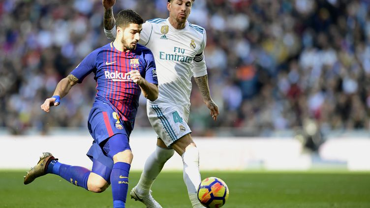 Le FC Barcelone a remporté samedi le Clasico face au Real Madrid (3-0). Une victoire qui fait écho avec celle des indépendantistes catalans jeudi lors des élections régionales anticipées.Ci-contre Luis Suarez (L), auteur du premier but, aux prises avec le capitaine du Real Sergio Ramos. (JAVIER SORIANO / AFP)