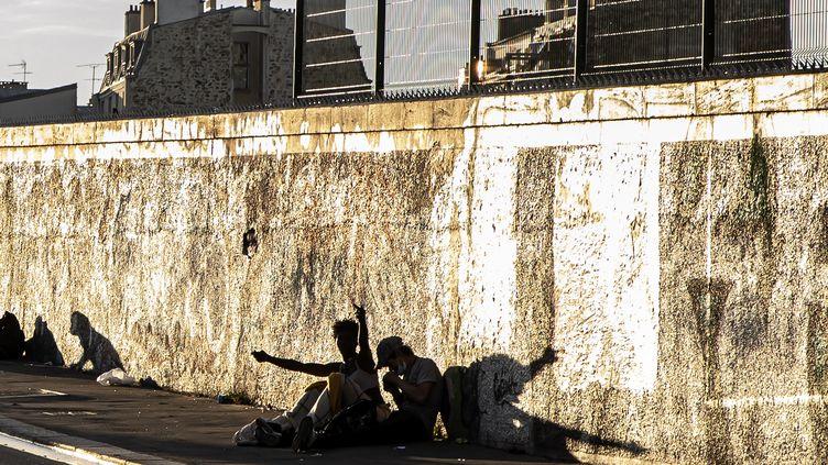 Des hommes consomment du crack près des jardins d'Eole à Paris, le 22 septembre 2021. (MAXPPP)