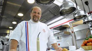 Le chef Gilles Goujon, trois étoiles au Michelin, pose dans son restaurant L'Auberge du vieux puits, à Fontjoncouse (Aude). (REMY GABALDA / AFP)