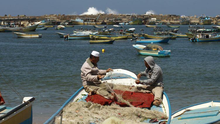 Des pêcheurs palestiniens dans le port de Gaza, le 27 mars 2013. (MOHAMMED ABED / AFP)