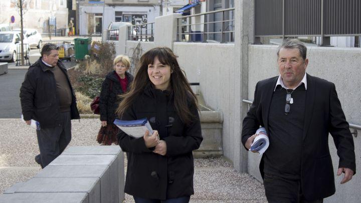 Au premier plan : Alison Cardaire et son père Gabriel Jean Cardaire et Christine Cardaire (au second plan) en campagne pour les élections départementales, sur le marché d'Yssingeaux (Haute-Loire), le 19 mars 2015. (MATHIEU DEHLINGER / FRANCETV INFO)