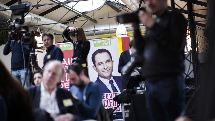 Une affiche de Benoît Hamon lors d'une conférence de presse du candidat socialiste à la présidentielle, le 3 mars 2017, à son QG de campagne, à Paris. (DENIS ALLARD / REA)