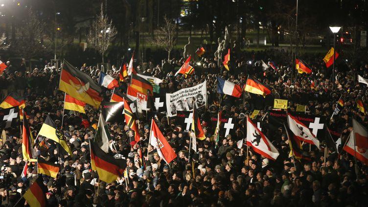 """Des manifestants du mouvement des """"Patriotes européens contre l'islamisation de l'Occident"""" défilent à Dresde, le 12 janvier 2015. (FABRIZIO BENSCH / REUTERS)"""