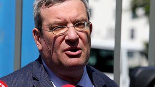 Jean Paillot, l'un des avocats des parents de Vincent Lambert, le 21 mai 2019 devant l'hôpital Sébastopol de Reims. (FRANCOIS NASCIMBENI / AFP)