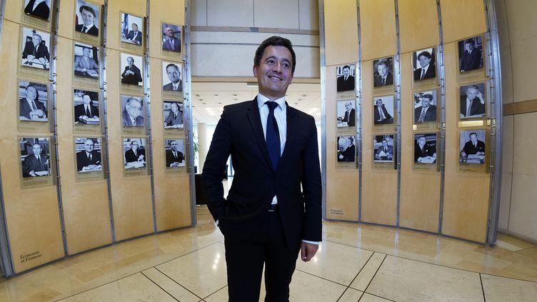 Gérald Darmanin, ministre de l'Action et des Comptes publics, pose dans le hall du ministère de l'Economie à Bercy, devant les portraits de ses prédecesseurs, vendredi 19 mai 2017. (MAXPPP)