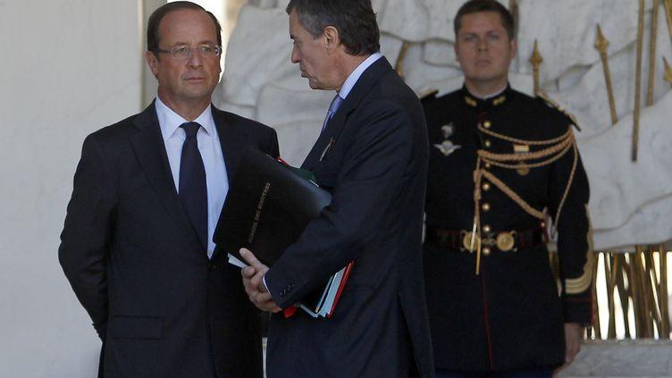 François Hollande et le ministre du Budget, Jérôme Cahuzac, sur le perron de l'Elysée, le 19 septembre 2012. (CHESNOT / SIPA)