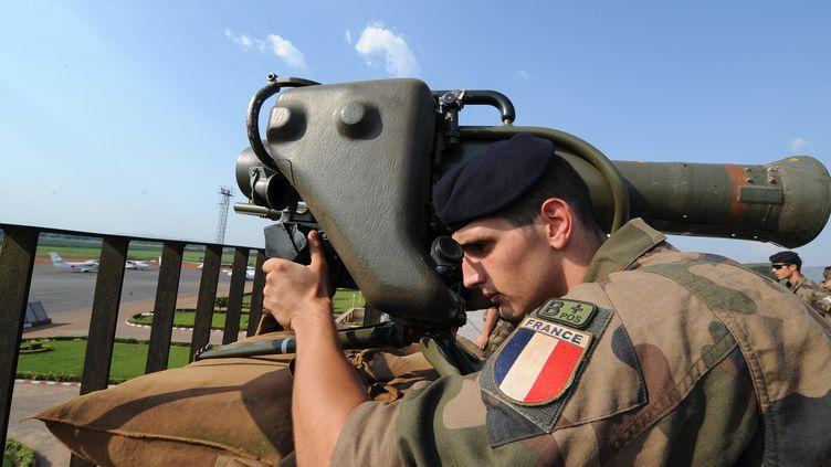 Un militaire français participe à une mission de sécurisation de l'aéroport de Bangui, le 1er décembre 2013, en Centrafrique. (SIA KAMBOU / AFP)