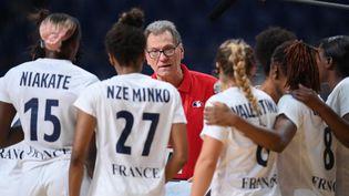 Olivier Krumbholzet ses joueuses lors du dernier match de poule face au Brésil, le 2 août 2021, à Tokyo. (FRANCK FIFE / AFP)