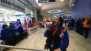 Des salariés du groupe Carrefour manifestent ce samedi devant un magasin à Marseille. (BORIS HORVAT / AFP)