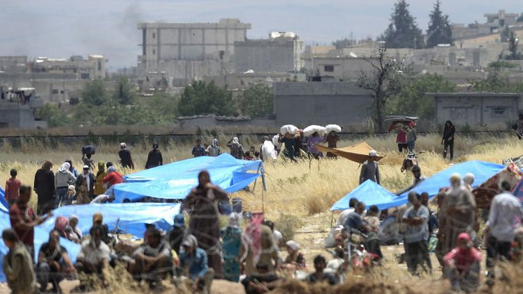 Des Syriens réfugiés à Suruc (Turquie), en route versKobanéaprès la fuite des combattants de l'Etat islamique, le 17 juin 2015. (BULENT KILIC / AFP)