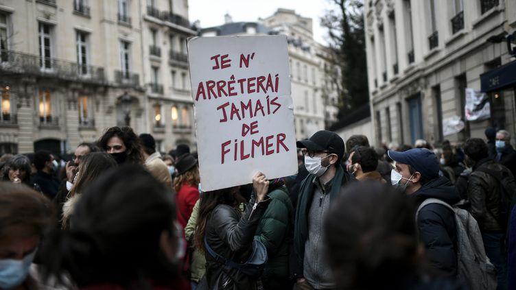 """Manifestation contre la proposition de loi """"sécurité globale"""" devant l'Assemblée nationale à Paris, le 17 novembre 2020. (STEPHANE DE SAKUTIN / AFP)"""