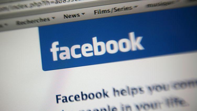 Facebook a lancé une purge des faux comptes, qui se multiplient sur le réseau social. (LOIC VENANCE / AFP)