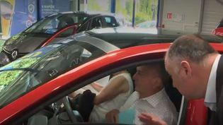Alors que les voitures neuves deviennent de plus en plus chères, les consommateurs privilégient de plus en plus des autos d'occasion. (FRANCE 2)
