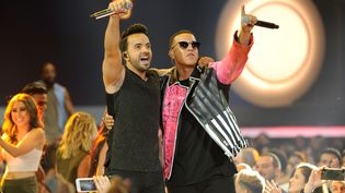 Luis Fonsi et Daddy Yankee se produisent sur la scène des Billboard Latin Music Awards, le 27 avril 2017, à Coral Gables (Floride). (SERGI ALEXANDER / GETTY IMAGES NORTH AMERICA / AFP)