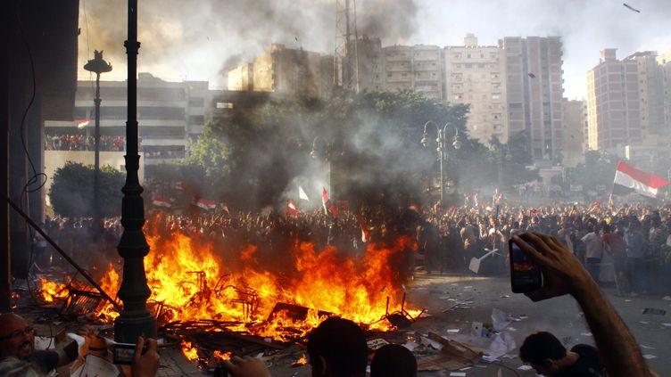 Des opposants au président Mohamed Morsi brûlent des meubles récupérés dans un bureau du parti au pouvoir, le 28 juin 2013 à Alexandrie (Egypte). (AFP)