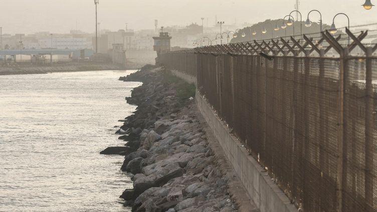 Clôture du Paseo del Dique Sur, à la frontière maroco-espagnole dans la ville de Melilla, l'une des deux enclaves espagnoles du nord de l'Afrique. La clôture, construite par l'Espagne pour arrêter l'immigration, fait11,5 kilomètres de long. (ARTUR WIDAK / NURPHOTO)