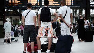 Des vacanciers sur le départ à la gare de Lyon (photo d'illustration). (OLIVIER LABAN-MATTEI / AFP)