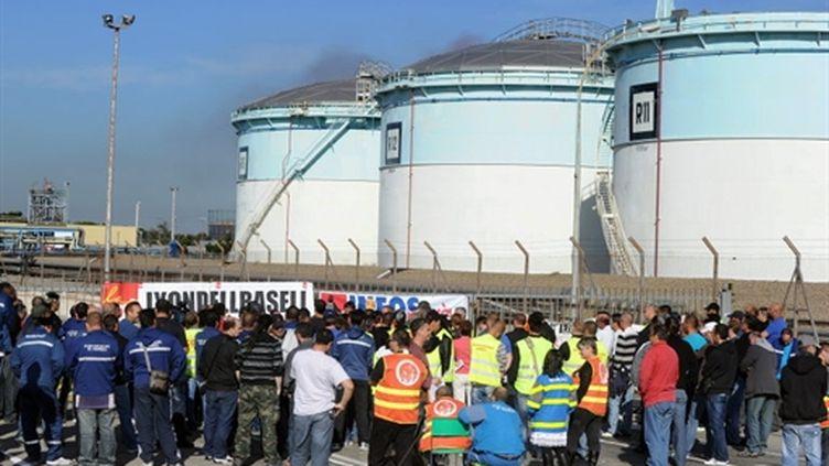 Grévistes devant l'accès du port pétrolier de Fos-sur-Mer (AFP - GERARD JULIEN)