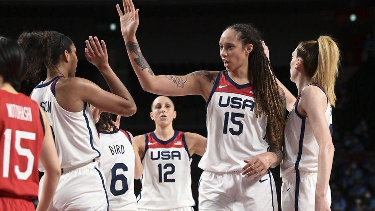 Brittney Griner (n°15) et lesbasketteuses américaines ont été sacrées championnes olympiques pour la 9e fois de leur histoire, dimanche 8 août. (ARIS MESSINIS / AFP)