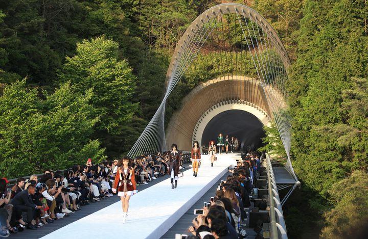 Le défilé Louis Vuitton se tient, le 14 mai 2017, au musée Miho (Japon), conçu par l'architecteIeoh Ming Pei. (MAMI NAGAOKI / YOMIURI)