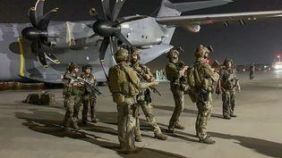 Des soldats français gardent un avion militaire destiné à évacuer lesressortissants européens de Kaboul (Afghanistan), le 17 août 2021. (STR / AFP)