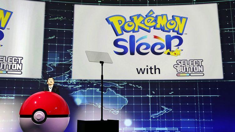Le président-directeur de The Pokémon Company, Ishihara Tsunekazu, annonce la sortie d'une nouvelle application smartphone appelée Pokémon Sleep. (AYAMI YOSHIKAWA / YOMIURI)