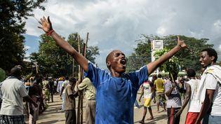 Un homme célèbre les déclarations du général putschiste, à Bujumbura, au Burundi, le 13 mai 2015. (JENNIFER HUXTA / AFP)
